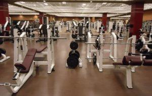 Gründliche Reinigung der Böden im Fitnessstudio