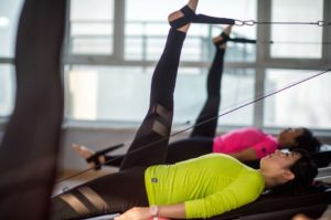 Pilates in einem gepflegten Fitnessstudio